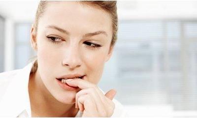 A körömrágás fogcsikorgatáshoz vezethet